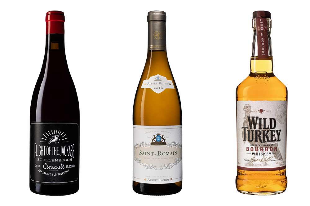 två vinflaskor och en bourbonflaska med vit bakgrund